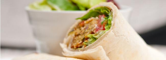 Feito com grão-de-bico, o Wrap de falafel é rico em proteínas e uma ótima opção para recuperar os músculos depois do treino