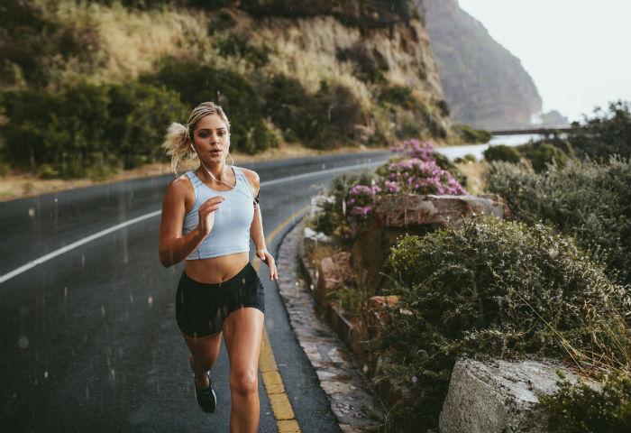 Atleta correndo na chuva