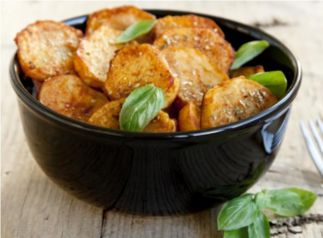 Chips de batata-doce com pimenta-do-reino para um lanche saudável