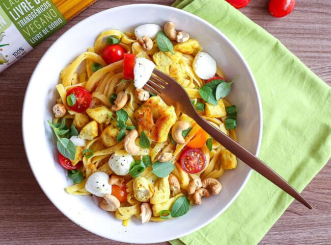 Salada de fettucine para um jantar prático e saudável