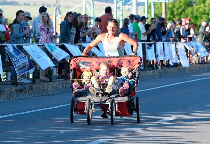 Mãe corre com três filhos