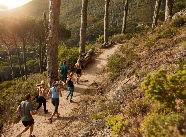 Grupo de corredores correndo em uma trilha