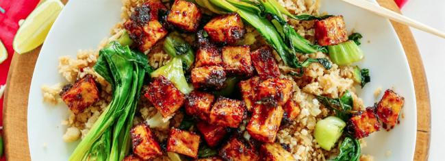 Arroz de couve-flor frito com tofu crocante e amendoim